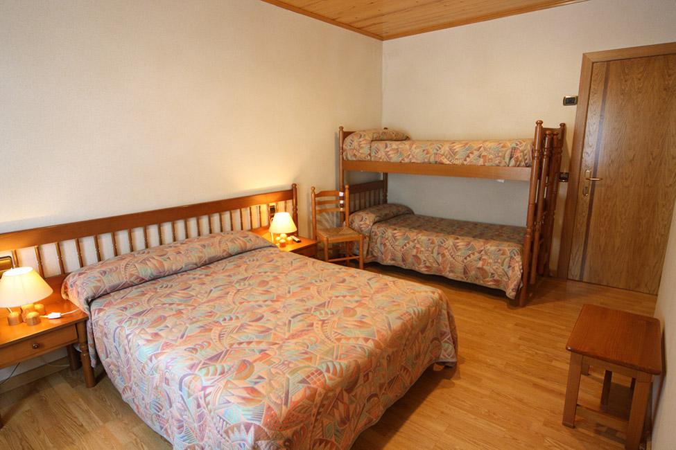 Habitaciones cu druples o familiares hotel sant antoni for Habitaciones familiares andorra